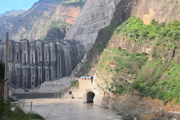 金沙江白鹤滩水电站沉江接地网